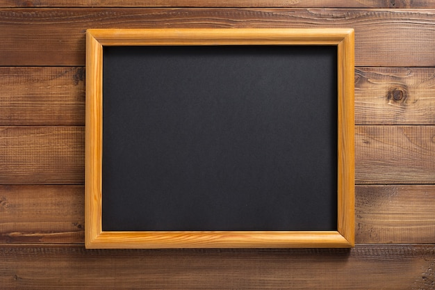Porta-retrato de foto na parede de fundo de madeira