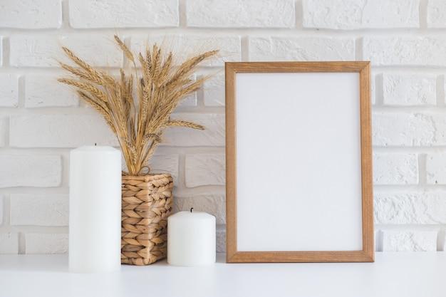 Porta-retrato de madeira em branco na parede de tijolos brancos com espaço de cópia