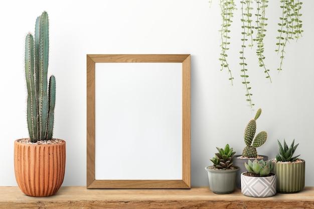 Porta-retrato de madeira em uma prateleira com cacto