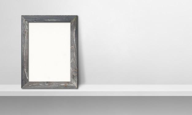 Porta-retrato de madeira encostado em uma prateleira branca. ilustração 3d. modelo de maquete em branco. banner horizontal