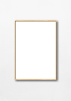 Porta-retrato de madeira pendurada em uma parede branca.