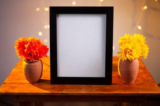 Porta-retrato e flores de calêndula na mesa dia dos mortos conceito