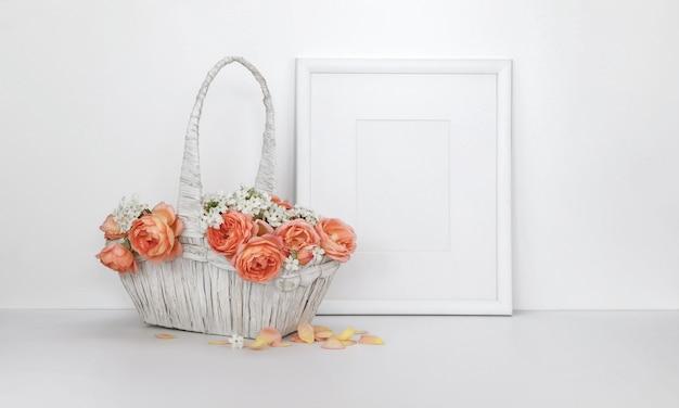 Porta-retrato em branco com uma cesta de rosas