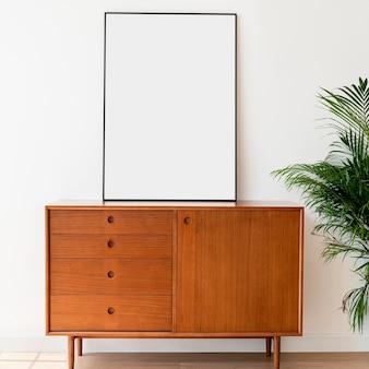 Porta-retrato em branco em um armário de madeira