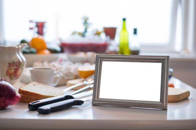 Porta-retrato em branco na mesa de jantar