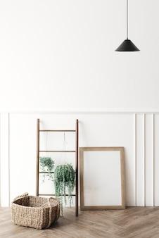 Porta-retrato em branco perto de uma escada de madeira
