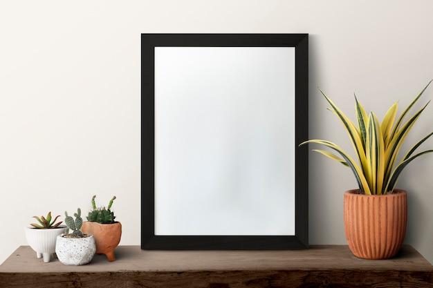 Porta-retrato escuro moderno em branco em uma prateleira