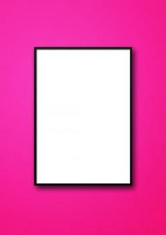Porta-retrato preto pendurado em uma parede rosa. template em branco