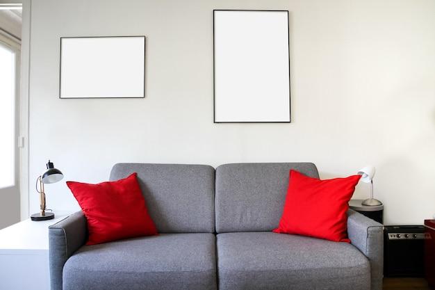 Porta-retratos em branco em um sofá