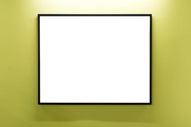 Porta-retratos em branco na parede amarela
