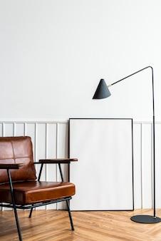 Porta-retratos em branco perto de uma lâmpada em uma sala de estar