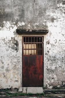 Porta rústica e exterior de uma casa em penang