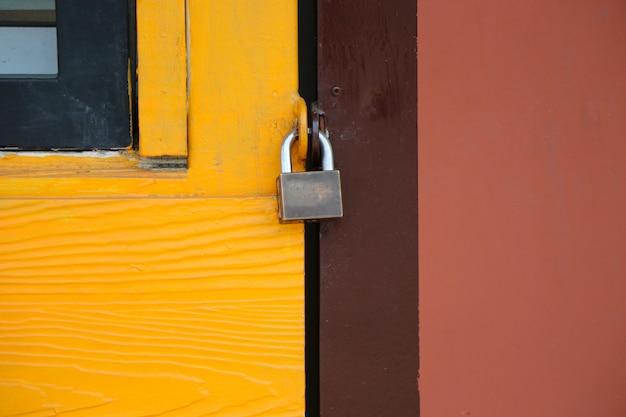 Porta trancada a segurança no fundo retrô de cor vintage casa