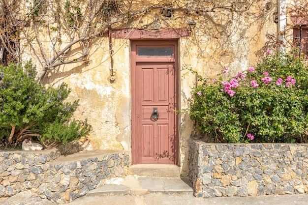 Porta velha de madeira marrom em rethymnon, grécia