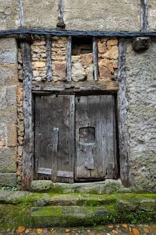 Porta velha na cidade histórica de miranda del castanar. espanha.