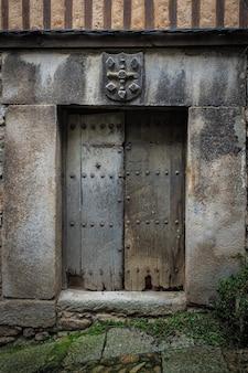 Porta velha na cidade histórica de mogarraz.