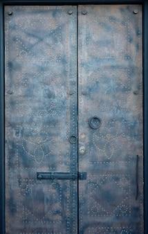 Porta velha tradicional em santorini, grécia