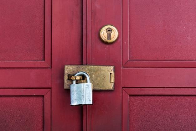 Porta vermelha com trava