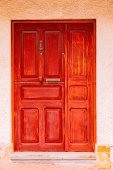 Porta vermelha de madeira vintage de uma vila espanhola