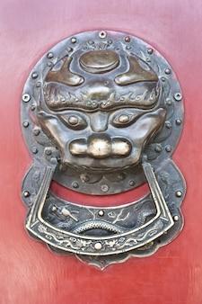Porta vermelha na área de hutong, perto da cidade proibida, pequim, china