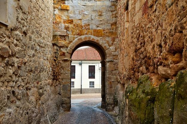Porta zamora de dona urraca na espanha