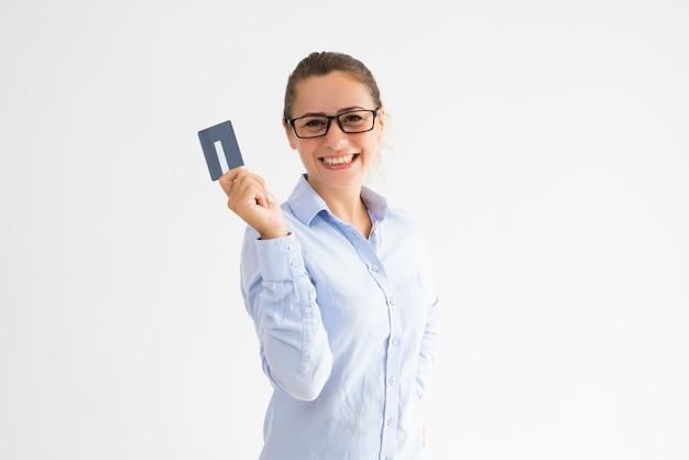 Portador de cartão feminino positivo feliz em receber dinheiro de volta