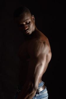 Portait de um homem africano em preto