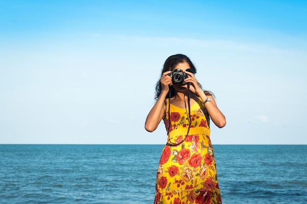 Portait mulheres bonitas tirar câmera no mar