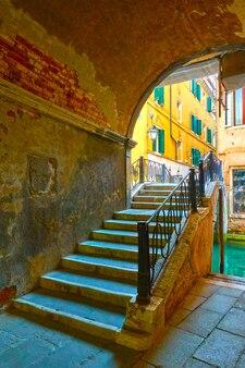 Portal e pequena ponte sobre o canal em veneza, itália