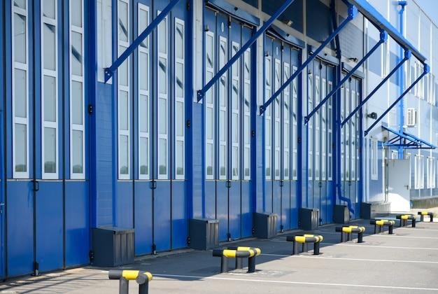 Portão azul da garagem box do corpo de bombeiros.