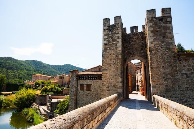Portão da cidade na ponte antiga. besalu