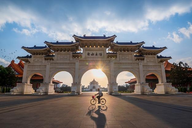 Portão da frente do salão de chiang kai shek memorial na cidade de taipei, taiwan
