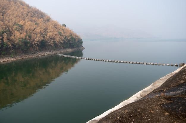 Portão de água na barragem.