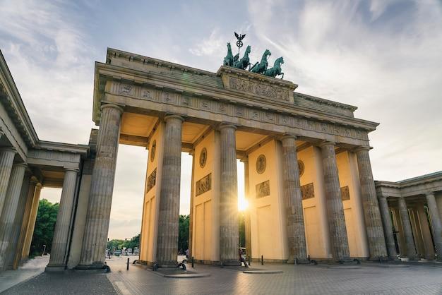Portão de brandemburgo ao pôr do sol, local de interesse icônico alemão