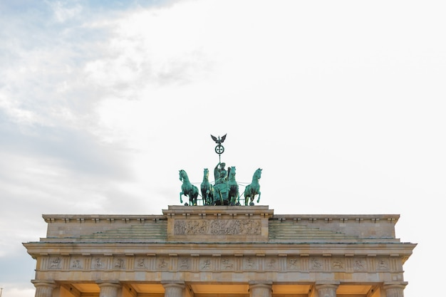 Portão de brandemburgo famoso em berlim. monumentos arquitetônicos da alemanha