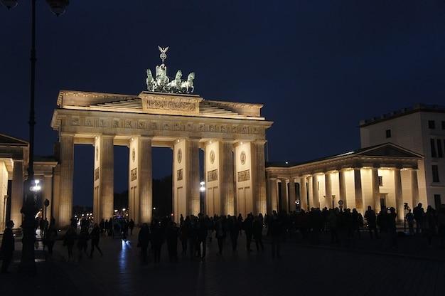 Portão de brandemburgo monumento noite berlin romântico