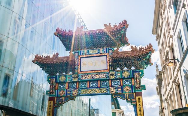 Portão de entrada de chinatown de londres no design tradicional chinês, inglaterra