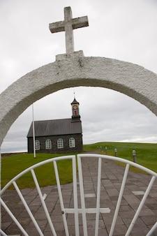 Portão de entrada para uma igreja cristã na islândia