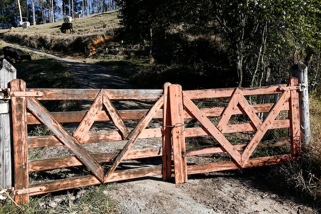 Portão de fazenda de madeira fechada