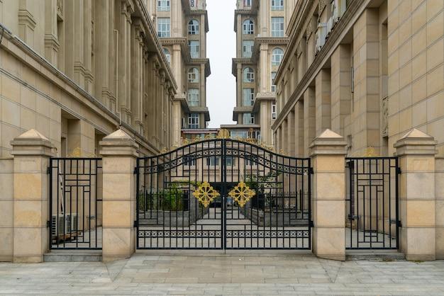 Portão de ferro na entrada do edifício residencial em área residencial