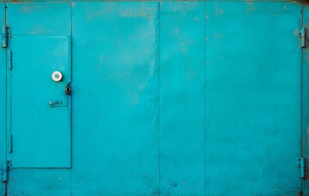 Portão de garagem metálico azul imperfeito close-up
