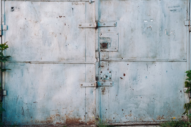 Portão de garagem metálico enferrujado fechado