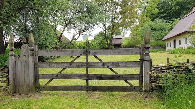 Portão de madeira fechado das placas na aldeia ou aldeia. design de estilo vintage.