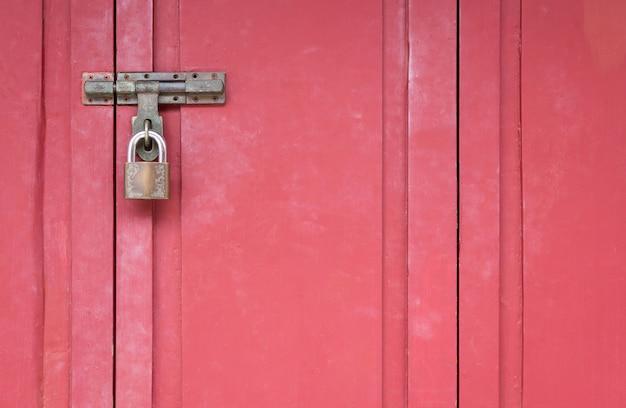 Portão de madeira vermelha com fechadura, portas de madeira trancadas