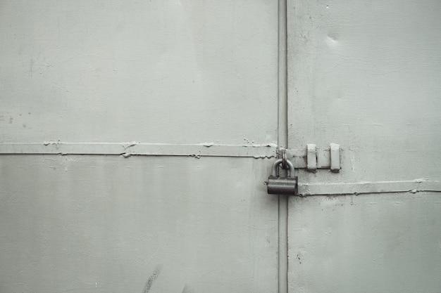 Portão de metal áspero em close-up de bloqueio.
