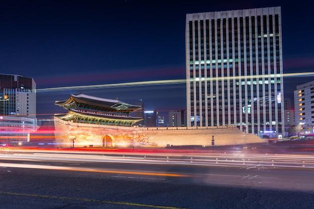 Portão de namdaemun ou paisagem urbana de sungnyemun à noite
