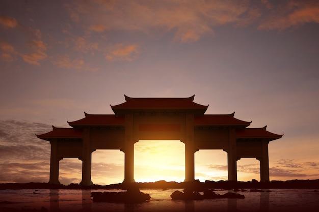 Portão de pavilhão chinês com telhado vermelho na praia