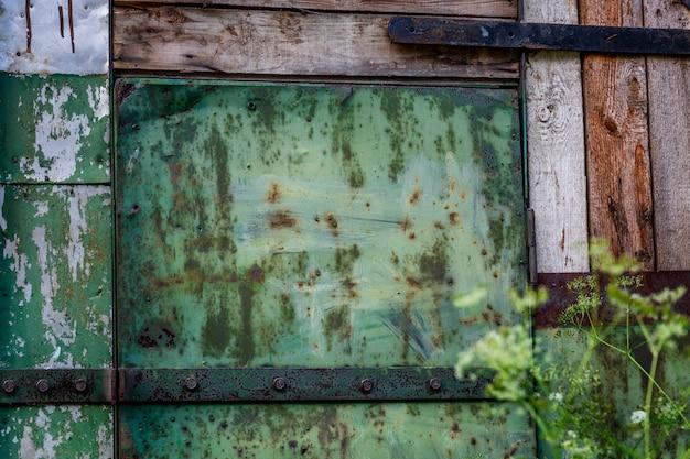 Portão enferrujado para uma casa velha. fechar-se. fundo.