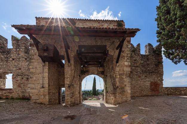Portão medieval arqueado com pontes levadiças na entrada do castelo de brescia, itália