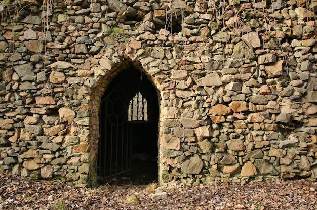 Portão na parede de pedra antiga